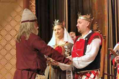 Master Fridrikr Tomasson swearing fealty as Kingdom Minister of A&S. Photo by Master Alaxandair O'Conchobhair