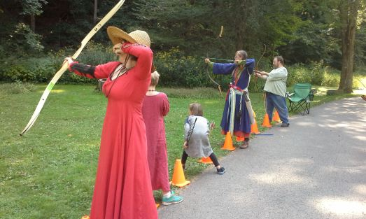 Archery. Photo by Mistress Arianna of Wynthrope.