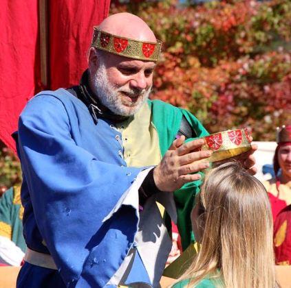 Byron crowns Ariella as Princess. Photo by Master Alaxandair o Conchobhair.