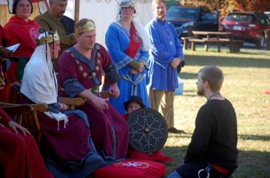 Leonardis is awarded Arms. Photo by Lady Àine.