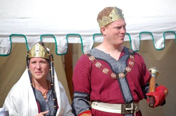 The Imperatori, Tindal and Etain, wait for the combatants to process in. Photo by Lady Àine ny Allane.