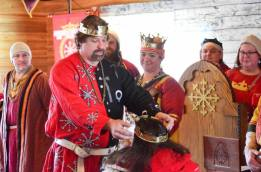Count Gareth invests Juliana with a County coronet. Photo by Master Alaxandair.
